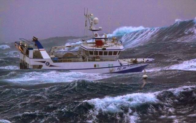kapal dalam badai